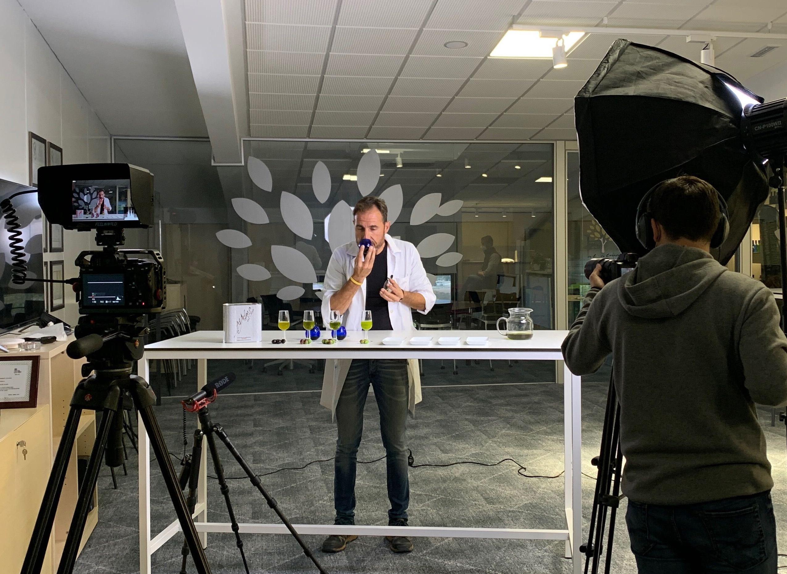 Miguel Abad oliendo aceites de oliva