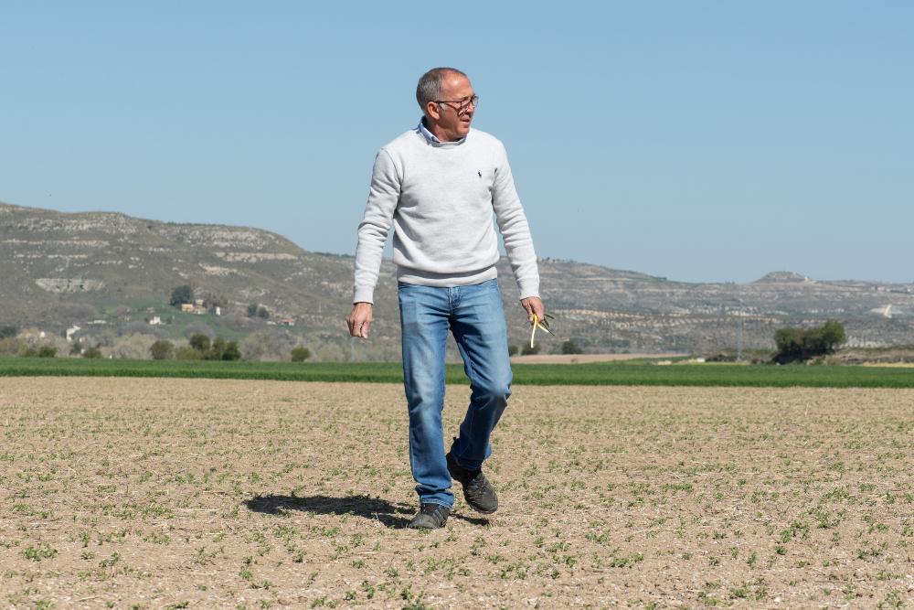 Un agricultor andando por el campo